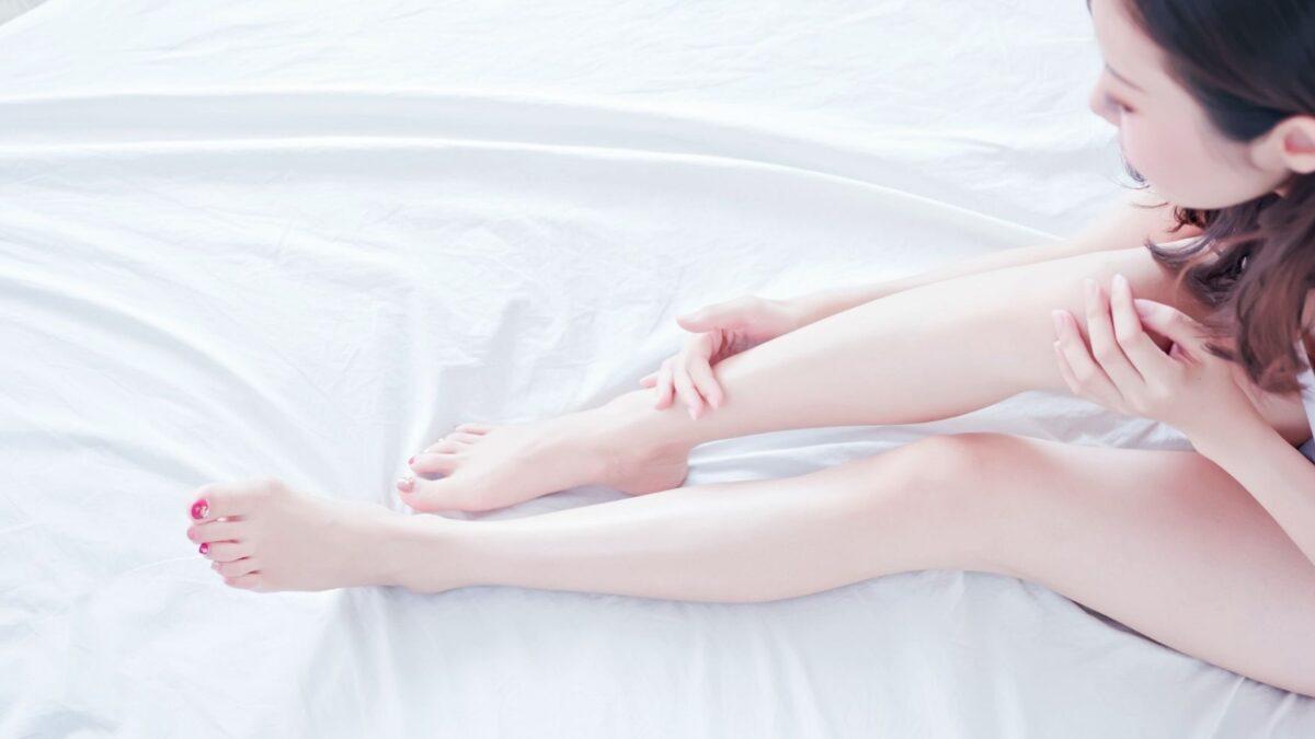 足を綺麗に脱毛している女性